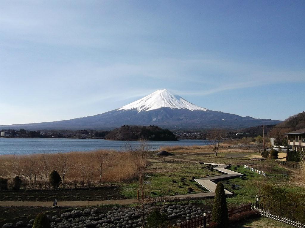 晴天の河口湖からの富士山