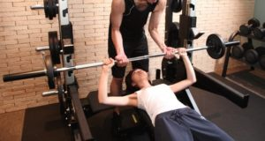 バーベルを上げる女性